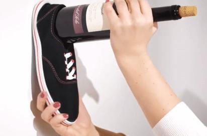 Cách mở rượu vang chỉ với 1 chiếc giày