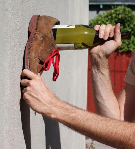 Đẩy nút chai lên bằng cách nện vào tường