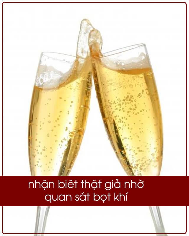 Phân biệt rượu chivas thật giả bằng cách lắc chai và quan sát bọt khí