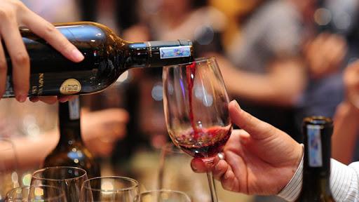 Rót rượu Chivas ra ly sao cho đúng