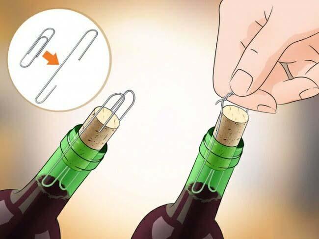 Dùng kẹp giấy kim loại để mở chai rượu vang