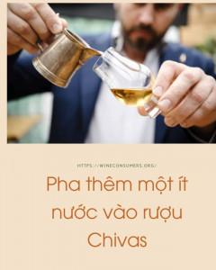 pha thêm một ít nước vào rượu chivas