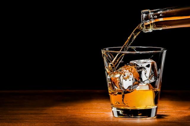 uống rượu với đá viên